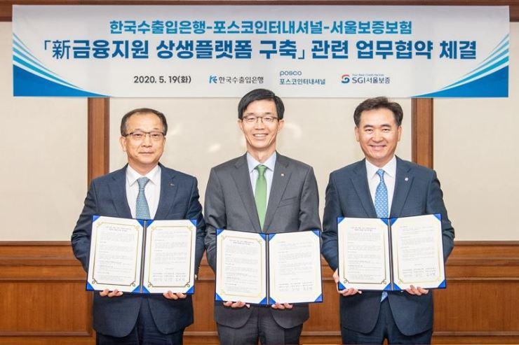 POSCO International and the Export-Import Bank of Korea (Eximbank) sign a memorandum of understanding (MOU) to aid struggling car component businesses in May. From left, POSCO International CEO Joo Si-bo, Eximbank head Bang Moon-kyu and Seoul Guarantee Insurance CEO Kim Sang-taek.