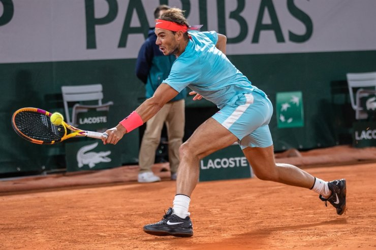 Rafael Nadal of Spain hits a return during the men's singles quarterfinal match against Jannik Sinner of Italy at the French Open tennis tournament 2020 at Roland Garros in Paris, France, Tuesday. / Xinhua-Yonhap