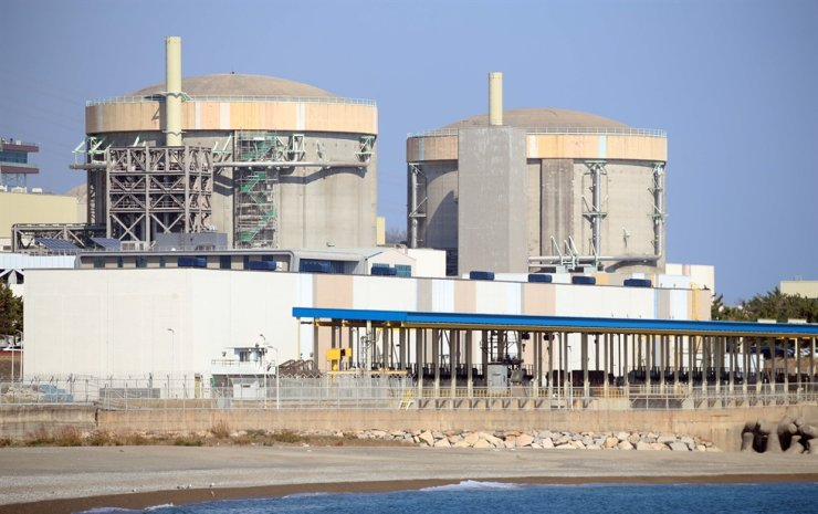 The Wolsong-1 nuclear reactor (right) is seen at Gyeongju, North Gyeongsang Province, Tuesday. Yonhap