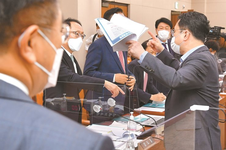 Rep. Kim Jong-min, right, of the ruling Democratic Party of Korea (DPK) argues with main opposition People Power Party lawmakers after a National Assembly Legislation and Judiciary Committee audit on the Ministry of Justice was adjourned, Monday. The audit did not proceed as scheduled as the rival parties argued over Justice Minister Choo Mi-ae's alleged abuse of power in the past to ensure her son received preferential treatment during his military service. Yonhap