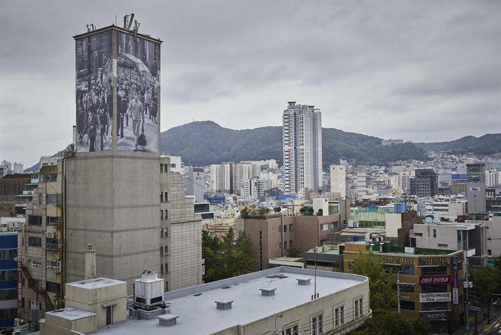 Nho Won-hee presents two murals 'On the Street' and 'The Beginning of Words' on the walls of the former American Cultural Center building, now the Busan Modern History Museum, as part of the Busan Biennale 2020. Courtesy of Busan Biennale
