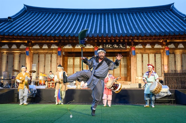 Kim Hyung-tae, front, artistic director of social enterprise Hab Good Village, plays Yongpal-ee in the madangnori (traditional performance) 'Dragon Hunters.' It has been performed every Saturday at the Korean Traditional Culture Center in Jeonju Hanok Village of the southern city since May. / Courtesy of Hab Good Village