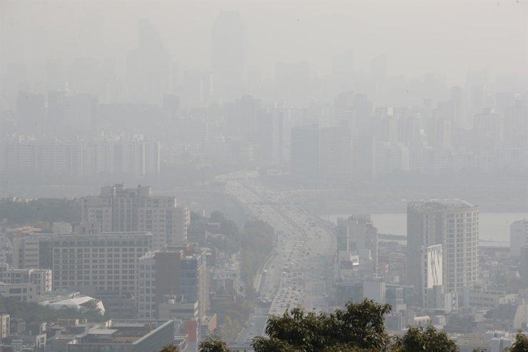 Fine dust blurs the sky over Seoul, Thursday. Yonhap