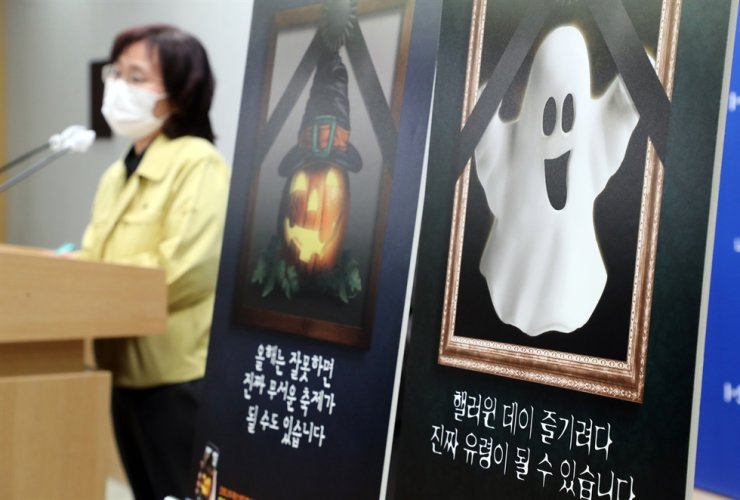 Park Yoo-mi from the Seoul Metropolitan Government speaks during a press briefing at City Hall, Wednesday. She explained the city's quarantine measures for the Halloween weekend. Yonhap