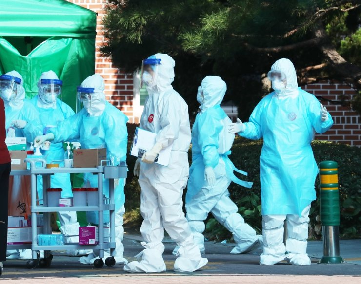 Quarantine officials prepare for tracing and treating of COVID-19 patients at a hospital in Gyeonggi Province, Oct. 18. Korea Times file