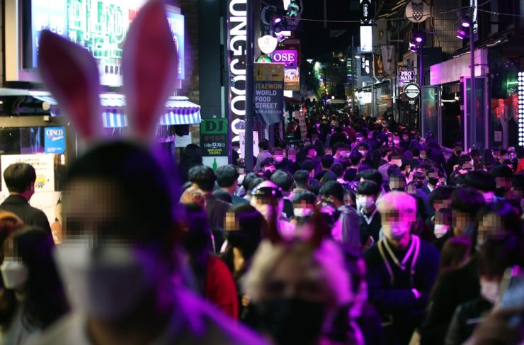 Itaewon streets in Seoul are crowded on Halloween evening (Oct. 31), 2020. Yonhap
