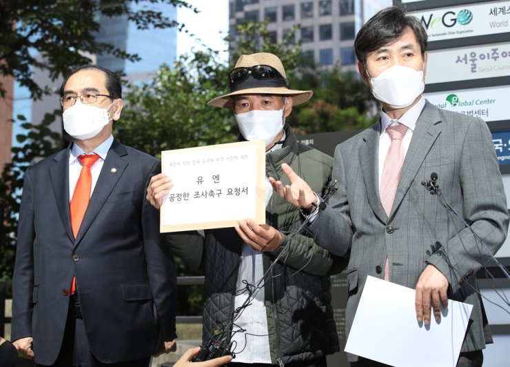 Lee Rae-jin, center, brother of a South Korean fisheries official killed by North Korean soldiers, speaks to reporters in front of the Seoul office of a U.N. human rights body in Seoul, Oct. 6. / Yonhap