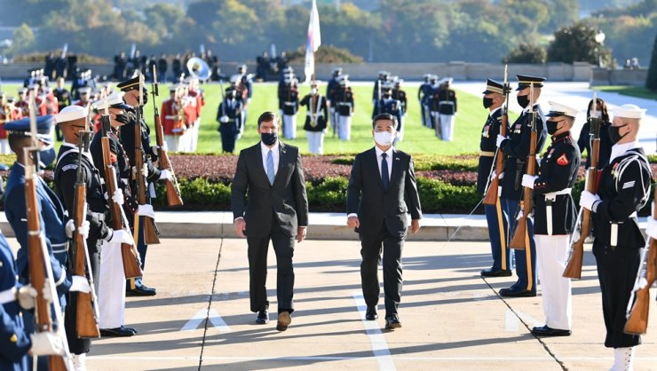 Defense Minister Suh Wook and his U.S. counterpart Mark Esper attend a ceremony to lay flowers at the Korean War Veterans Memorial in Washington, D.C., Wednesday. / Courtesy of Ministry of National Defense