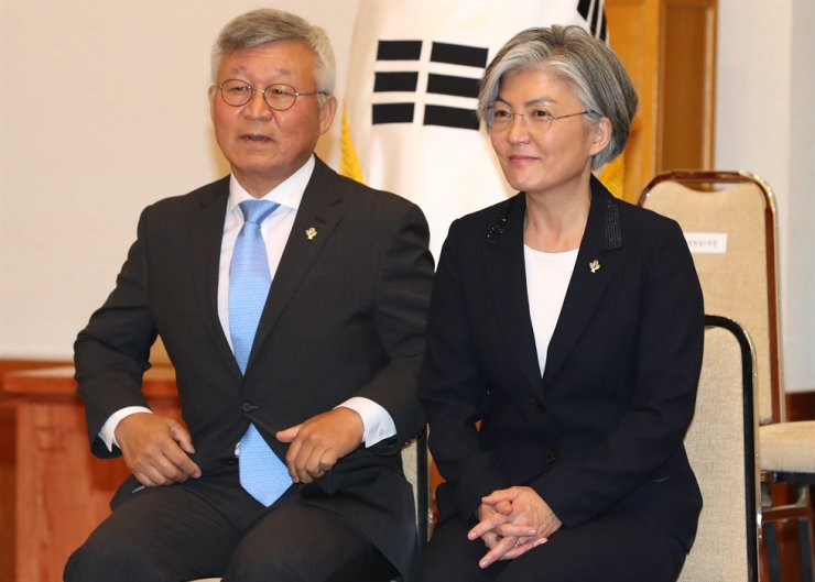 Foreign Minister Kang Kyung-wha and her husband Lee Yill-byung, a professor emeritus at Yonsei University, attend her appointment ceremony at Cheong Wa Dae, in this June 2017 photo. Lee has faced criticism for a recent trip to the U.S. to purchase a yacht as the foreign ministry had earlier issued a travel advisory calling on people to refrain from travel abroad as part of efforts to contain the COVID-19 pandemic. Yonhap