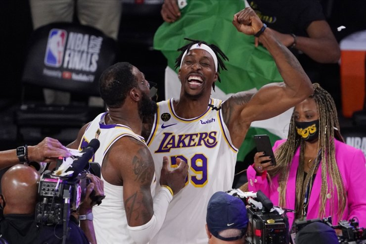 Los Angeles Lakers' LeBron James, left, and Los Angeles Lakers' Dwight Howard celebrate after the Lakers defeated the Miami Heat 106-93 in Game 6 of basketball's NBA Finals in Lake Buena Vista, Fla., Sunday. / AP-Yonhap