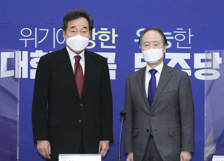 Democratic Party of Korea Chairman Lee Nak-yon, left, and Japanese Ambassador to Korea Koji Tomita meet at the National Assembly in Seoul, Thursday, to discuss thorny diplomatic issues between Seoul and Tokyo, including the wartime forced labor issue and a trade row. Yonhap