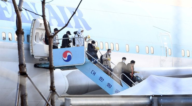 Korean evacuees from the Chinese city of Wuhan, the epicenter of the COVID-19 outbreak, leave the chartered Korean Air plane at Gimpo International Airport, Jan. 31. / Korea Times photo by Seo Jae-hoon
