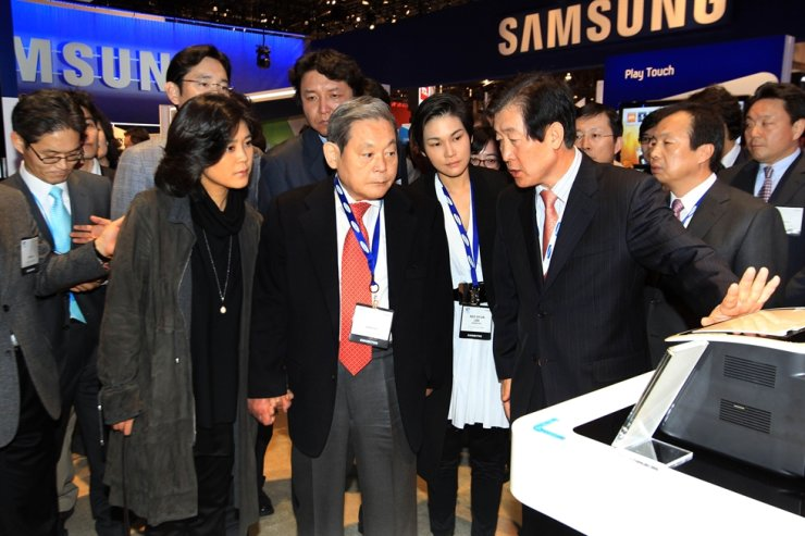 This file photo taken in 2010 shows Samsung Group Chairman Lee Kun-hee holding the hands of his daughters, Boo-Jin and Seo-hyun, as he looks at a device displayed at CES in Las Vegas. Courtesy of Samsung Electronics