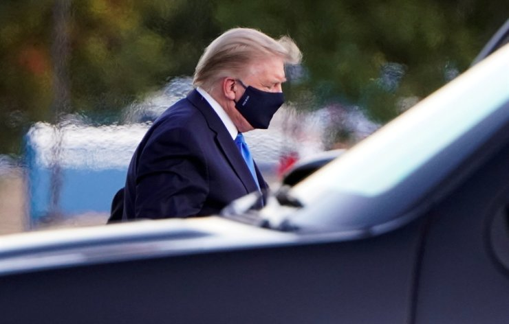 U.S. President Donald Trump arrives at Walter Reed National Military Medical Center, Oct. 2, following a White House announcement that he 'will be working from the presidential offices at Walter Reed for the next few days' after testing positive for COVID-19. Reuters-Yonhap
