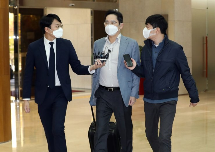 Samsung Electronics Vice Chairman Lee Jae-yong, center, arrives at Seoul Gimpo Business Aviation Center in Seoul, Monday, for his Vietnam trip. Yonhap