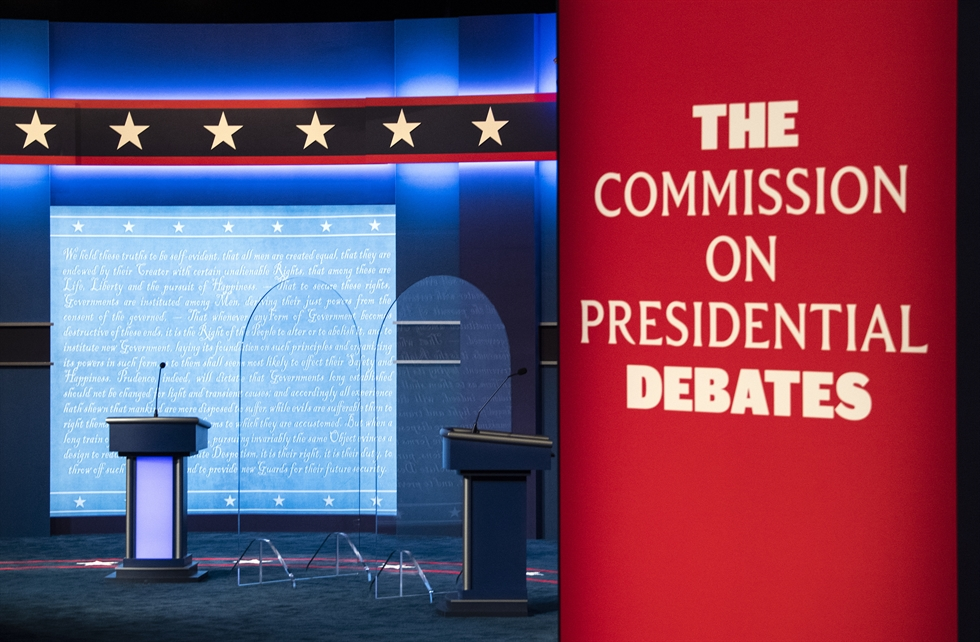The carpet is vacuumed as final preparations are made ahead of the second and final presidential debate Thursday, Oct. 22, 2020, at Belmont University in Nashville, Tenn. AP-Yonhap