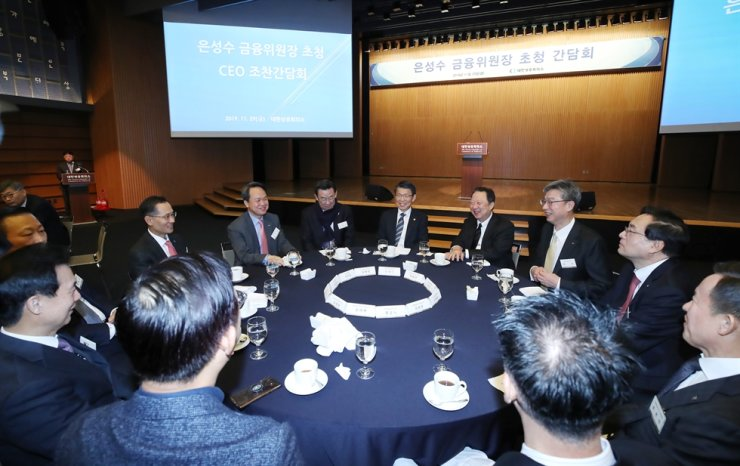 CEOs of local banks speak in a breakfast meeting with Financial Services Commission Chairman Eun Sung-soo, center, at the Korea Chamber of Commerce and Industry in central Seoul, Nov. 29, 2019. / Yonhap
