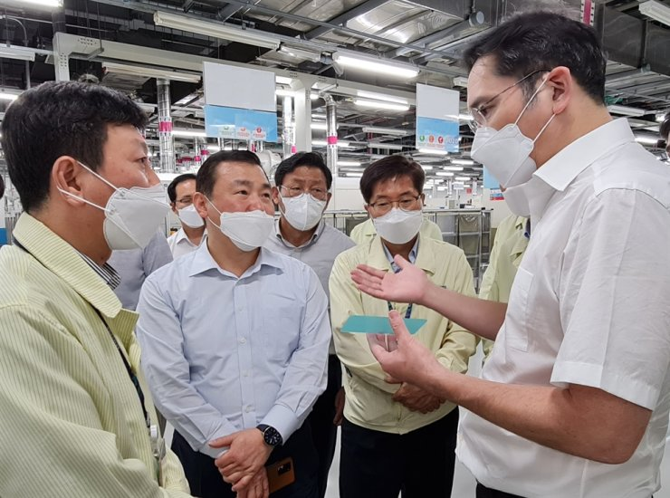 Samsung Electronics Vice Chairman Lee Jae-yong, right, talks with senior executives including Roh Tae-moon, second from left, head of the company's mobile business, during a visit to the company's smartphone factory in Bac Ninh, Vietnam, Oct. 20. Samsung said Thursday the vice chairman visited Vietnam this week to inspect the firm's phone and display factories as well as R&D center, which is under construction in the Vietnamese capital of Hanoi. / Courtesy of Samsung Electronics