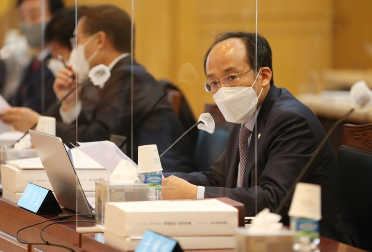 Rep. Choo Kyung-ho of the main opposition People Power Party, right, speaks during an audit of state organizations in Daegu, Oct. 12. Yonhap