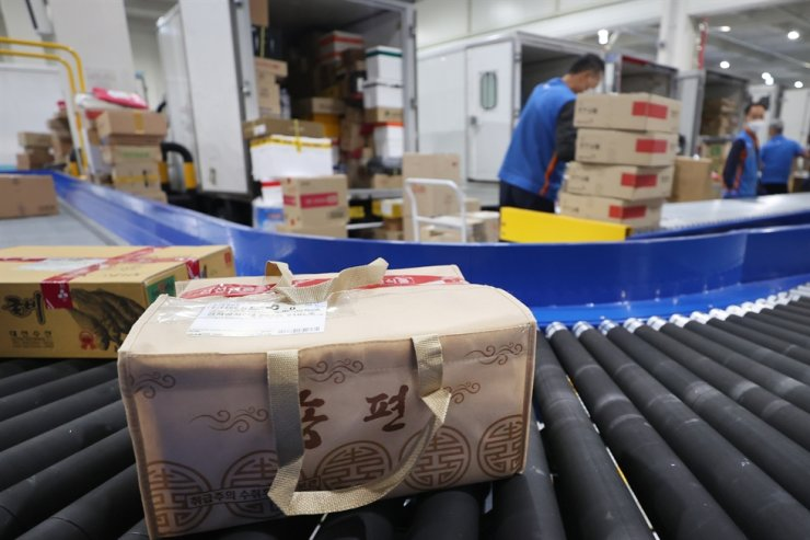 Parcels move on rollers at CJ Logistics' distribution center in Gimpo, Gyeonggi Province, on Sept. 23. / Yonhap