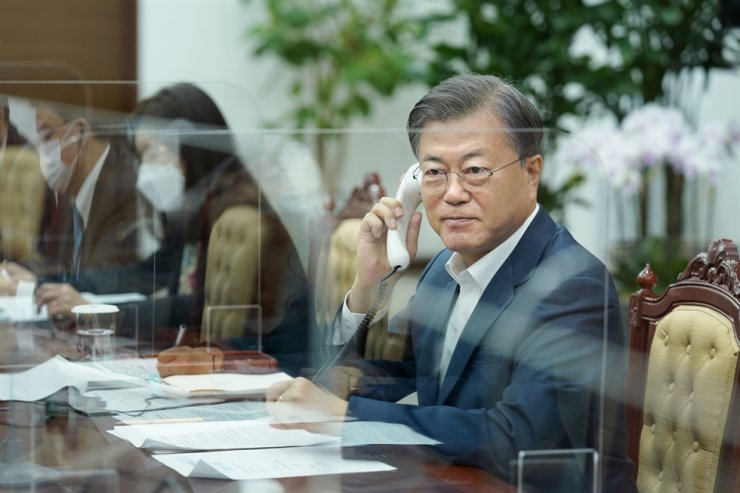President Moon Jae-in have phone talks with Canada's Prime Minister Justin Trudeau on Tuesday. Courtesy of Cheong Wa Dae