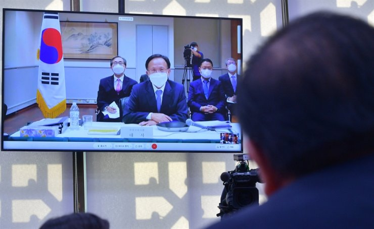 Korean Ambassador to the United States Lee Soo-hyuck speaks from his office in Washington, D.C., during a video-linked National Assembly audit session, Monday. / Yonhap