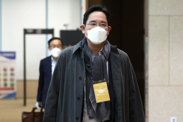 Samsung Electronics Vice Chairman Lee Jae-yong arrives at Gimpo International Airport in Seoul, Wednesday, along with the company's device solutions business unit chief Kim Ki-nam after finishing a business trip to Europe. / Yonhap