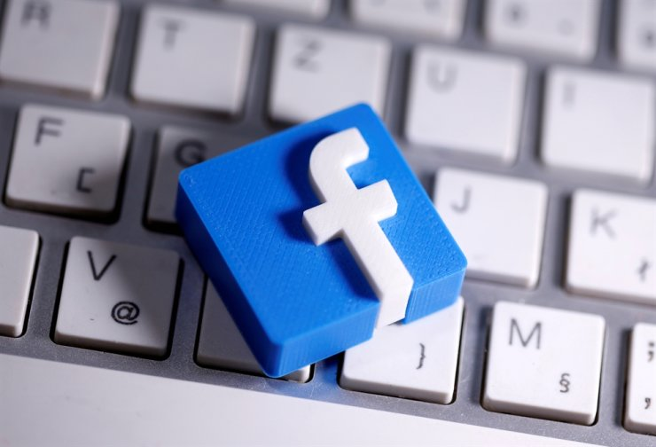 A 3D-printed Facebook logo is seen placed on a keyboard in this illustration. Reuters-Yonhap