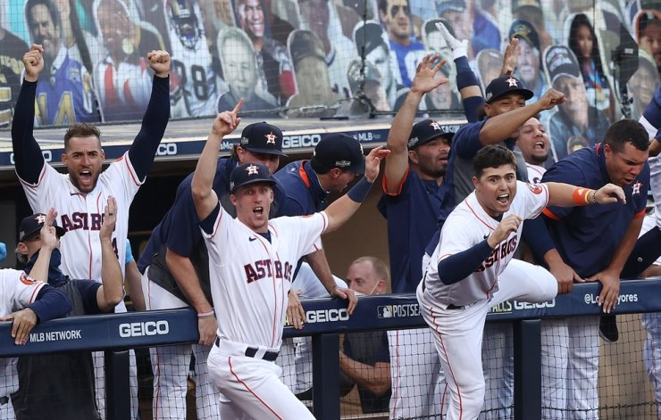 Members of the Houston Astros react as Carlos Correa #1 of the Houston Astros hits a walk off home run to beat the Tampa Bay Rays 4-3 in Game Five of the American League Championship Series at PETCO Park on October 15, 2020 in San Diego, California. / AP-Yonhap