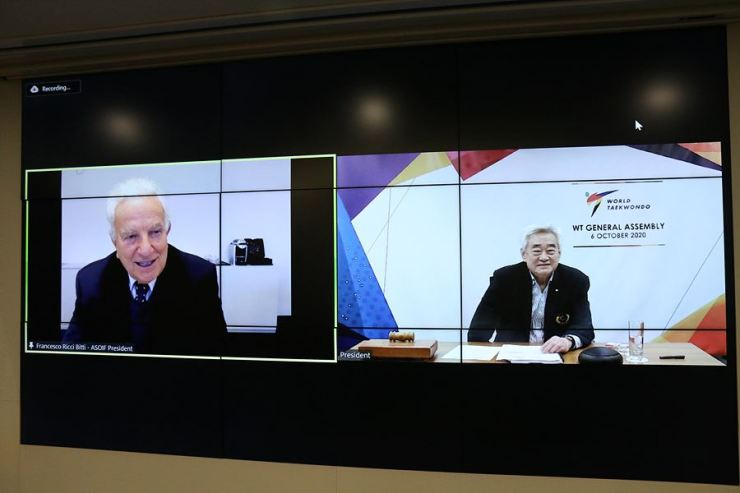 Association of Summer Olympic International Federations President Francesco Ricci Bitti, left, and World Taekwondo (WT) President Choue Chung-won talk during WT's first virtual general assembly at its headquarters in Seoul's Jung District, Oct. 6. Courtesy of World Taekwondo