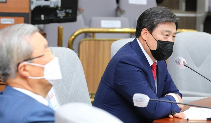 Kim Seon-dong, right, former secretary general of the main opposition People Power Party, speaks during a party meeting at the National Assembly in Seoul, in this Aug. 21 photo. Kim stepped down from the party post last week to run in the party primary for next April's Seoul mayoral election. On the left is PPP's emergency committee chief Kim Chong-in. Korea Times file