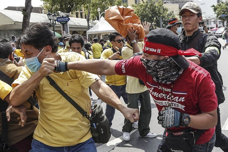 A pro-democracy protester scuffles with a pro-monarchy one during an anti-government protest at the democracy monument in Bangkok, Thailand, Wednesday. EPA-Yonhap