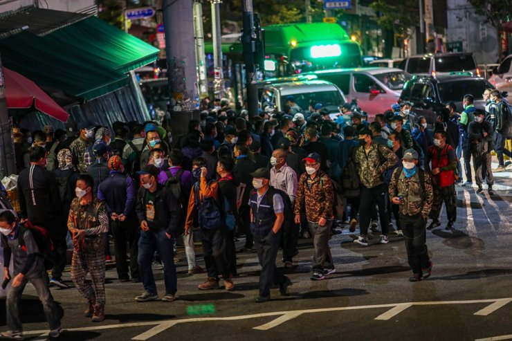 People looking for a job crowd 'labor market' at early morning hours in front of Namguro Station in Seoul's Guro District, Sept. 22. Korea Times photo by Shim Hyun-chul