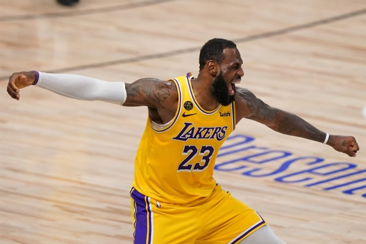 Los Angeles Lakers forward LeBron James celebrates during the second half in Game 4 of basketball's NBA Finals against the Miami Heat in Lake Buena Vista, Fla., Tuesday. / AP-Yonhap