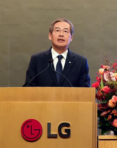 An investor enters LG Chem's shareholder meeting on spinning off its battery business at the company's headquarters on Yeouido, Seoul, Friday. Yonhap