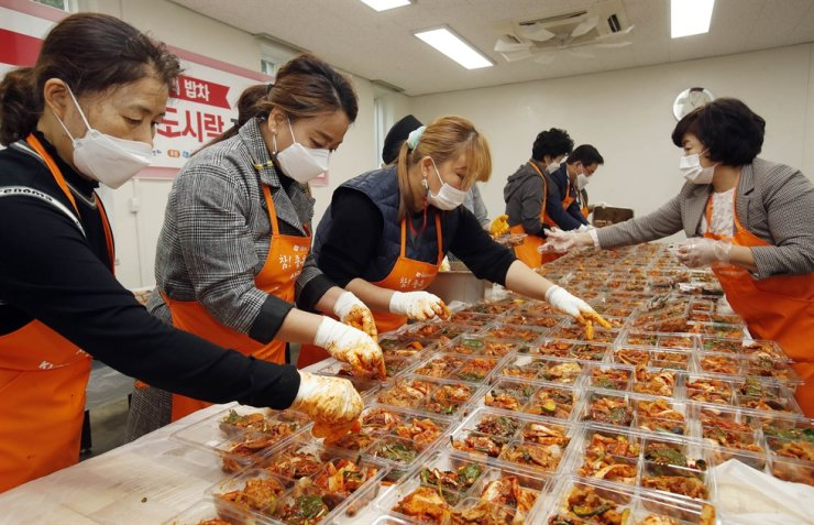 Volunteers make kimchi for impoverished local residents at a charity event in Gwangju, 330 kilometers southwest of Seoul, Wednesday. Yonhap