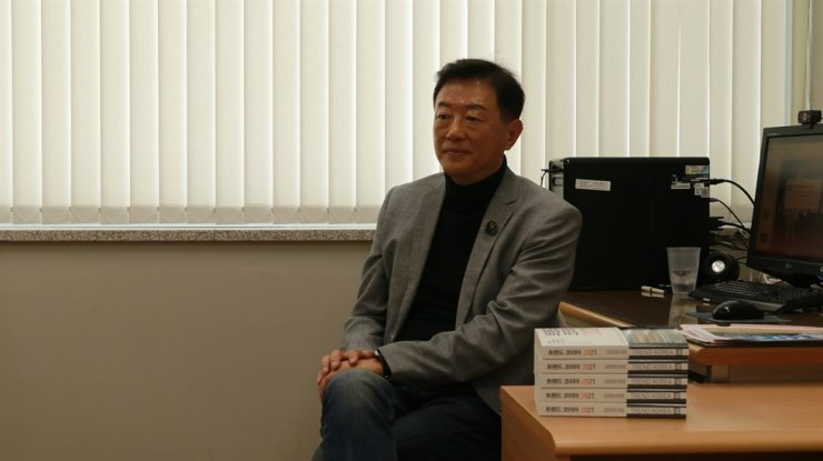 Kim Nan-do, a professor of consumer studies at Seoul National University (SNU), poses during an online press conference to promote his new book 'Trend Korea 2021,' Tuesday. Courtesy of Miraebook Publishing