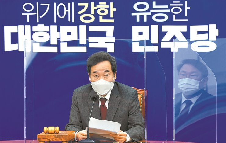 Ruling Democratic Party of Korea Chairman Rep. Lee Nak-yon speaks during a Supreme Council meeting at the National Assembly in Seoul, Monday. Lee called for a separate body to investigate wrongdoings by high-ranking government officials amid a sweeping financial fraud scandal involving lawmakers, government officials and prosecutors. / Yonhap