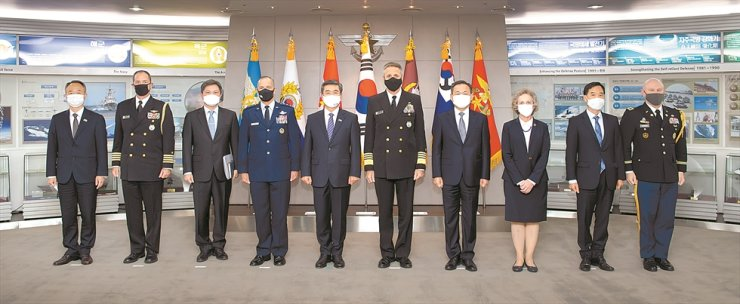 Defense Minister Suh Wook, fifth from left, and Adm. Philip Davidson, fifth from right, the commander of the U.S. Indo-Pacific Command, pose with other dignitaries during the latter's visit to the Ministry of National Defense in Seoul, Tuesday. During their talks, the two discussed the security situation on the Korean Peninsula and vowed a strong combined readiness posture to support diplomacy to denuclearize North Korea. / Yonhap