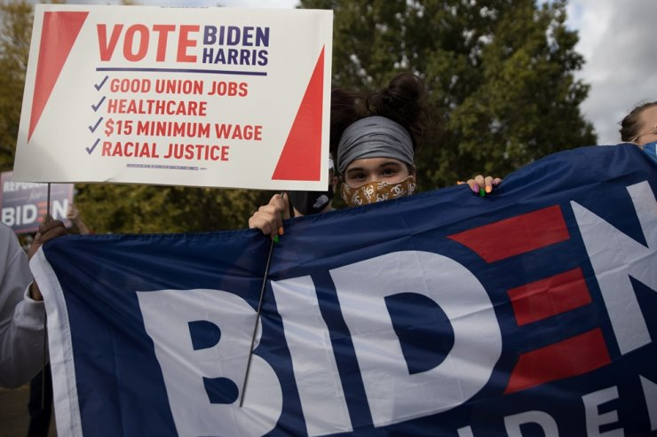 Biden supporters gather outside of a campaign event held by U.S. Democratic presidential candidate Joe Biden in Cincinnati, Ohio, U.S., October 12, 2020. REUTERS-Yonhap