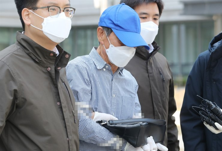 A man who returned from the United States and was living in Seoul's Songpa District leaves the Seoul Eastern District Court in April 2020 after violating the country's self-quarantine regulations two times on the same day to visit a restaurant and a public bathhouse. Yonhap