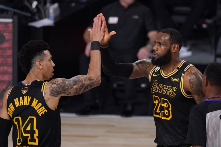 Los Angeles Lakers' Danny Green, left, and LeBron James celebrate a basket by James during the second half of Game 2 of basketball's NBA Finals against the Miami Heat in Lake Buena Vista, Fla., Friday. / AP-Yonhap