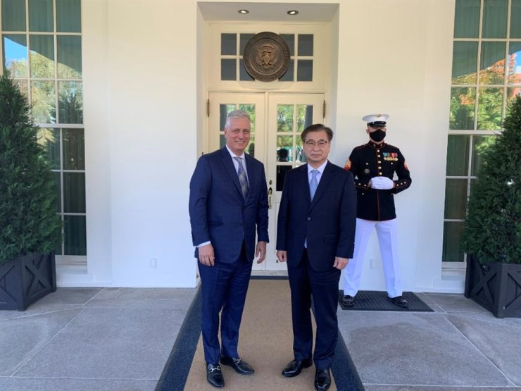 Suh Hoon, right, director of national security at Cheong Wa Dae, met his White House counterpart Robert O'Brien on Oct. 14 at the White House in Washington, D.C., the United States. Capture from the U.S. National Security Council