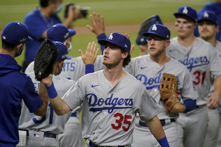 Los Angeles Dodgers celebrate their win against the Atlanta Braves in Game 3 of a baseball National League Championship Series against the Atlanta Braves in Arlington, Texas, Wednesday. / AP-Yonhap