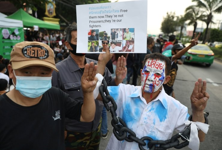Pro-democracy demonstrators attend an anti-government protest after the release of Jatupat 'Pai' Boonpattararaksa from Bangkok Remand Prison in Bangkok, Thailand, Oct. 23. Reuters-Yonhap
