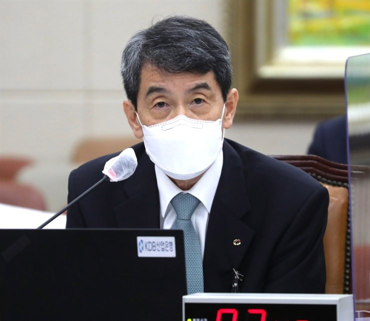 Korea Development Bank Chairman Lee Dong-gull speaks during a National Assembly audit, Friday. / Yonhap