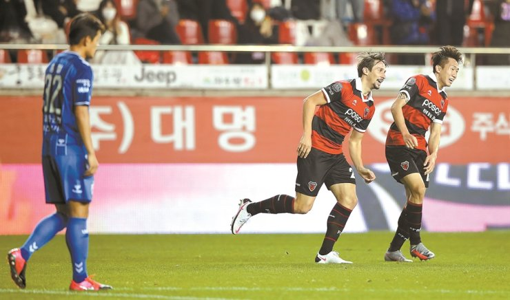 Pohang Steelers' midfielder Aleksandar Palocevic, center, celebrates after scoring the team's fourth goal during the K League 1 match against Ulsan Hyundai at the Steelyard in Pohang, Sunday. / Yonhap