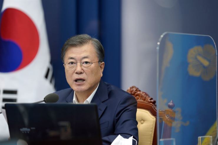 President Moon Jae-in speaks during a meeting with his aides at Cheong Wa Dae in Seoul, Monday. Yonhap
