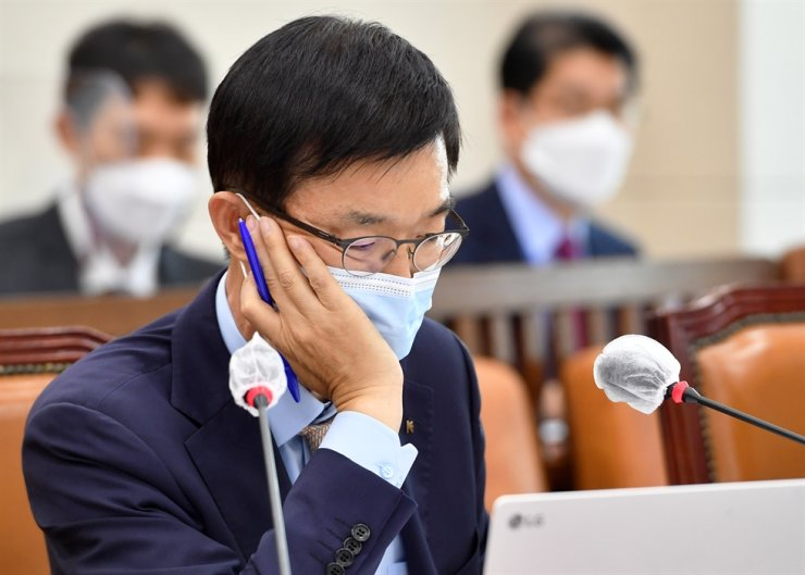 Eximbank CEO Bang Moon-kyu looks at a laptop screen during a National Assembly audit on Yeouido in Seoul, Monday. Yonhap