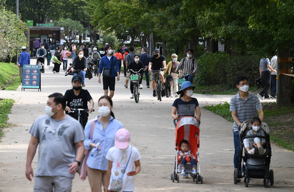 Visitors pack the Gyeongbok Palace Sunday, despite government advice to stay home during the Chuseok holiday to prevent the possible spread of COVID-19. /Yonhap